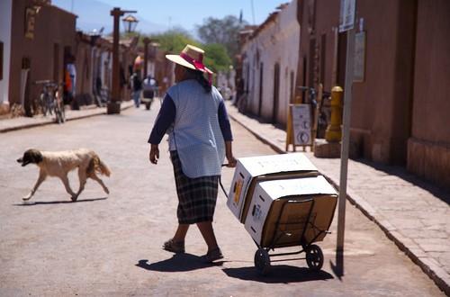 Atacameña en la calle Caracoles, Pueblo de San Pedro